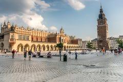 被成拱形的宫殿,与时钟,克拉科夫,波兰的塔 免版税库存照片