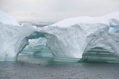 被成拱形的形成冰山 免版税库存照片