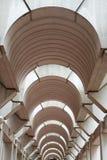 被成拱形的最高限额走廊现代垂直 库存照片