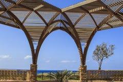 被成拱形的木眺望台 免版税图库摄影