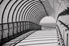 被成拱形的桥梁具体钢走道 库存照片