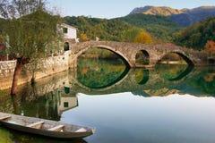 被成拱形的桥梁在Crnojevica河,黑山反射了 免版税库存图片