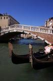 被成拱形的桥梁长平底船意大利威尼&# 免版税库存图片