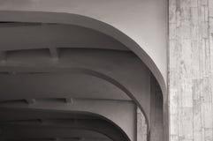 被成拱形的石天花板的建筑学元素特写镜头  建筑学都市最低纲领派背景 黑白处理 免版税库存照片