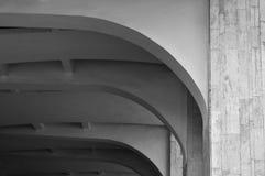 被成拱形的石天花板的建筑学元素特写镜头  建筑学都市最低纲领派背景 免版税库存图片