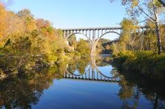 被成拱形的秋天桥梁 免版税库存图片