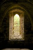 被成拱形的窗口和拱形屋顶在争斗修道院里 免版税图库摄影