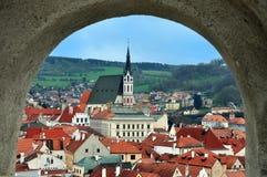 从被成拱形的窗口,捷克克鲁姆洛夫,捷克的全景 免版税图库摄影