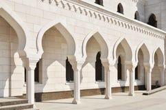 被成拱形的走廊在空白清真寺 库存照片