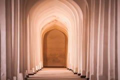 被成拱形的走廊透视在布哈拉, Uzbekisan 免版税库存照片