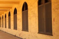 被成拱形的走廊长的视窗 免版税库存图片