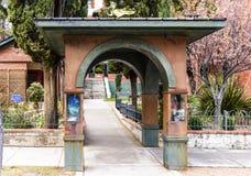 被成拱形的走道在比斯比,AZ 库存图片