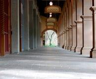 被成拱形的走道 免版税库存照片