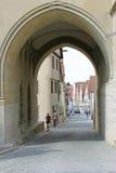 被成拱形的通道在被围住的镇 库存照片