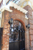 被成拱形的铁门和红砖墙壁 免版税库存图片