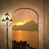 被成拱形的门和日落湖,浪漫心情 免版税库存照片