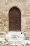 被成拱形的门和被修补的街道老镇罗得岛 库存照片