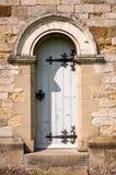 被成拱形的门- Hovingham诸圣日教会村庄  免版税库存图片