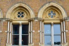 被成拱形的维多利亚女王时代的砖窗口 免版税图库摄影