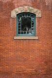 被成拱形的绿色窗口-中心上面 库存图片