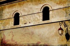 被成拱形的grunge墙壁视窗 免版税库存照片