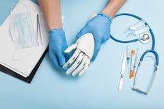 被截肢的手的人为假肢 关于残疾关心 免版税库存图片
