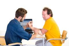 被截肢者与医疗专家一起使用在桌上 胳膊假肢的测试功能有患者的 库存照片