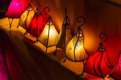 被手工造的五颜六色的发光的灯笼行  免版税库存照片