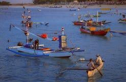 被手工造的巴厘语木渔船在巴厘岛 库存照片