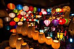 被手工造的灯笼在晚上在古镇会安市 免版税库存照片