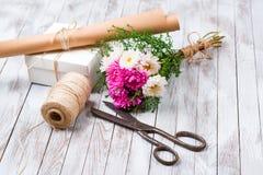 被手工造的礼物盒和桃红色菊花花在木背景 自然样式设计的概念 免版税图库摄影