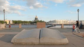 被打开的书石雕塑在内娃河的堤防的以撒` s大教堂背景的 免版税库存照片