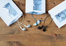 被打开的信封和多彩多姿的音频耳机 免版税图库摄影