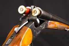 被打开的双管的狩猎枪 免版税库存照片