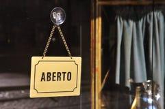被打开的咖啡馆在里斯本,葡萄牙 免版税库存照片