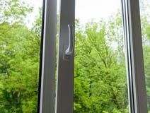 被打开的塑料乙烯基窗口 库存图片