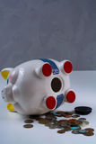 被打开的存钱罐和硬币-企业概念 免版税图库摄影