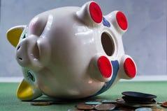 被打开的存钱罐和硬币-企业概念 免版税库存图片