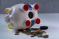 被打开的存钱罐和硬币-企业概念 库存图片
