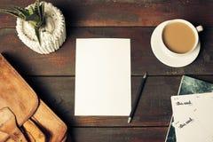 被打开的工艺纸信封、秋叶和咖啡在木桌上 图库摄影