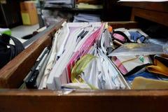 被打开的抽屉木桌 免版税库存照片