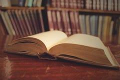 被打开的旧书在桌里 免版税图库摄影