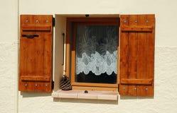 被打开的木窗口快门 免版税库存图片