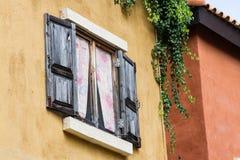 被打开的木窗口 免版税库存照片