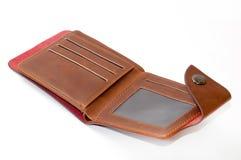 被打开的棕色皮革钱包和信用卡在背景中 图库摄影