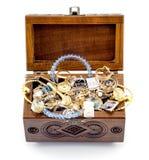 被打开的灰木头被雕刻的小箱手工制造与被隔绝的首饰 库存照片