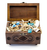 被打开的灰木头被雕刻的小箱手工制造与被隔绝的首饰 库存图片