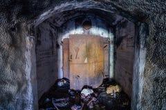 被打开的生锈的装甲的密封门,对被放弃的苏联军舰弹药集中处的入口 免版税图库摄影
