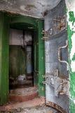 被打开的生锈的装甲的密封门,对被放弃的苏联地堡的入口 免版税库存图片