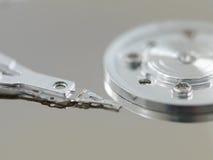被打开的硬盘驱动器的零件 免版税库存照片